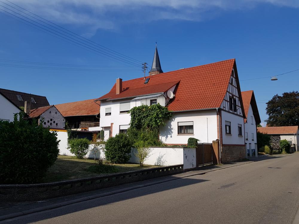 Ehemaliges Bauernhaus mit Scheune und großem Grundstück