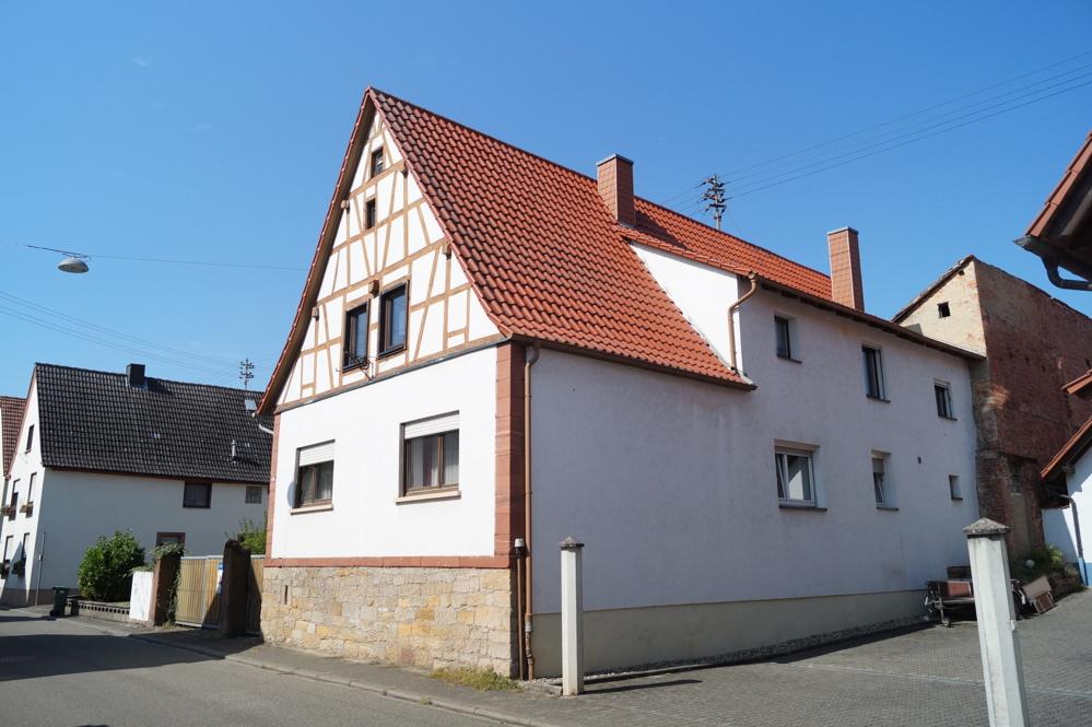 Ehemaliges Bauernhaus mit Innenhof, Scheune und Garten